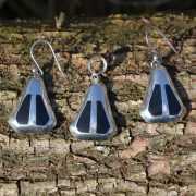 Zilveren hanger en oorbellen zwart
